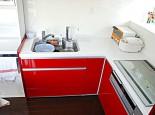 鮮やかな赤色のキッチン扉