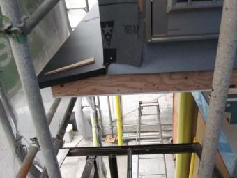 新設した庇にカラー鋼板を貼りました