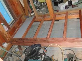 玄関床を貼っています。
