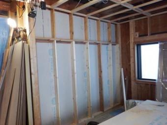 2階和室部分の開口が閉じられ、壁ができました。