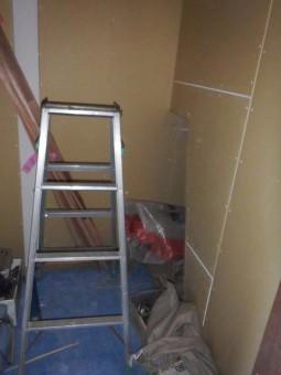 階段下収納部分の細かい部分もきれいに下地が貼られています