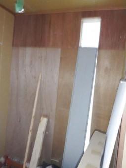 シューズクローク西側壁面は棚が付くため、補強が入っています