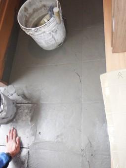玄関土間のタイル施工中