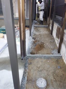 手すりの支柱埋め込み部分掘削中